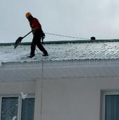 Как убрать наледь с крыши частного дома